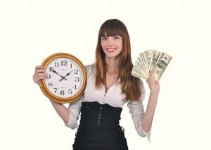 девушка с часами и деньгами в руках